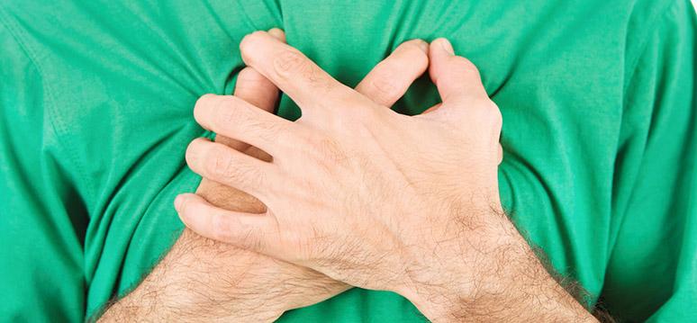 mão no peito