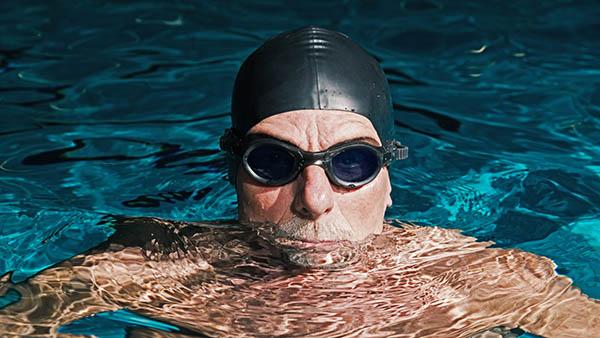 idoso velho natação exercicio