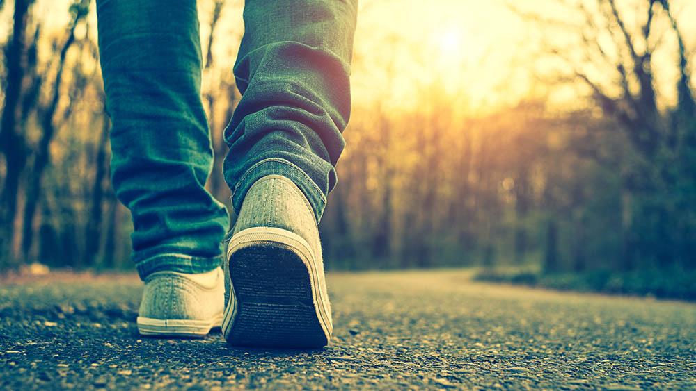 jovem caminhada